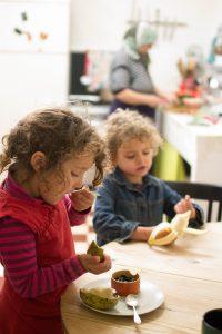 kids eating healthy foods
